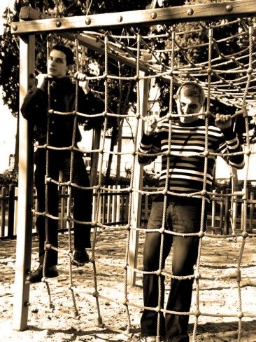 Los chicos de CGB jugando en los columpios del parque Calero