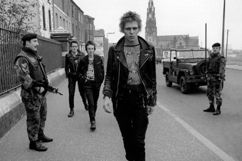 Pase de modelos por las calles de Belfast: Jo, tia, que guapo es Paul Simonon!